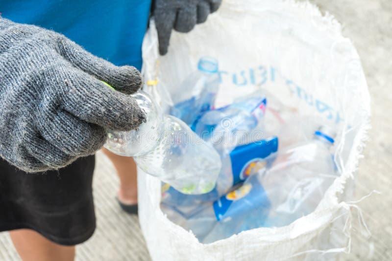 Рециркулировать отброс и многоразовую организацию сбора и удаления отходов как старое бумажное gla стоковые изображения