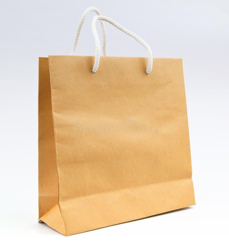 Download Рециркулируйте бумажную сумку на белой пользе предпосылки для ходить по магазинам и сохраньте Стоковое Изображение - изображение насчитывающей покупка, несущая: 40589191