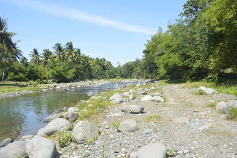 Речной берег расположенный на barangay Ruparan, город Ruparan Digos, Davao del Sur, Филиппины стоковые изображения