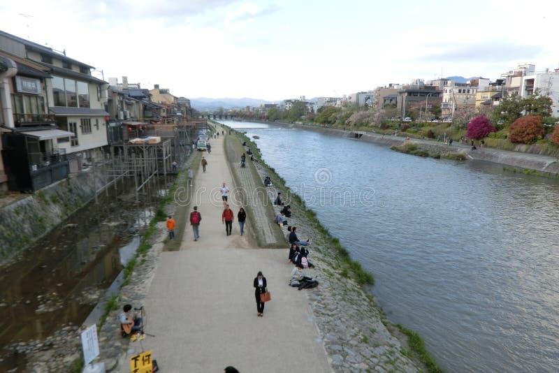 Речной берег реки Kamo Киото Японии стоковая фотография rf