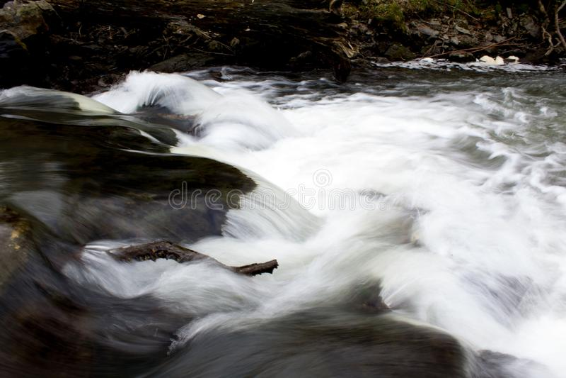 Речные пороги белой воды каскадируя над утесами стоковое фото