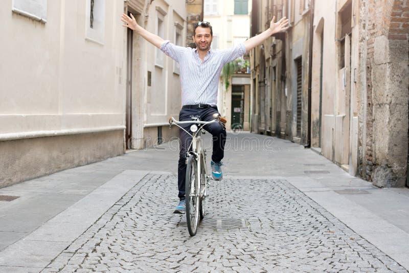 Решение городского движения города, человек ехать его велосипед без стресса стоковая фотография