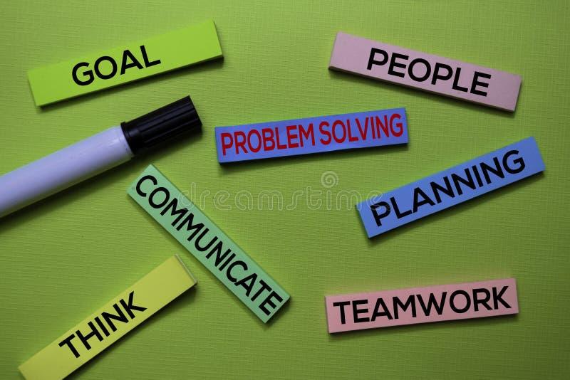 Решение проблем, цель, люди, связывает, планирование, думает, текст сыгранности на липких примечаниях изолированных на зеленом ст стоковые фото