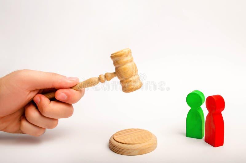 решение ` s суда Деревянные диаграммы людей соперники в деле конкуренция правосудие проба, конфликт победа поражения Co стоковые изображения
