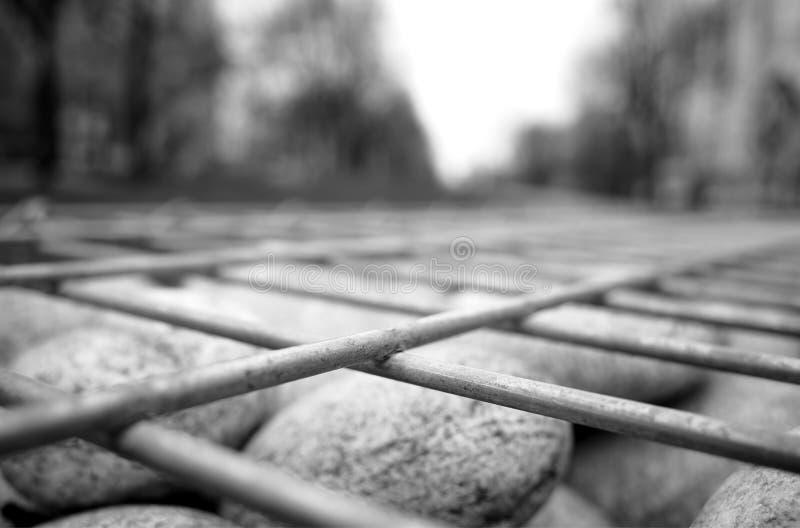 Решетка металла на предпосылке текстуры камней стоковые изображения rf