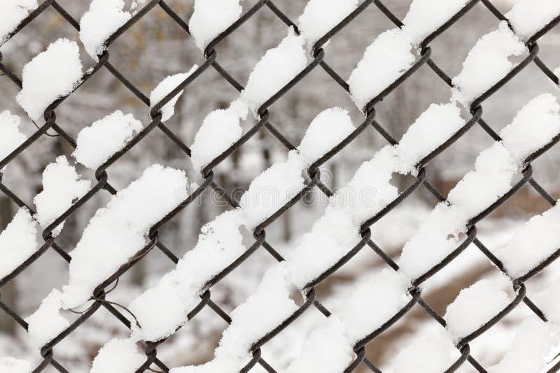Решетка металла покрыла снег стоковые изображения rf