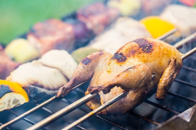 решетка Триперстки на гриле зажаренное мясо fries маринует свинину Бургеры гриля Овощи гриля Протыкальник гриля стоковые фотографии rf
