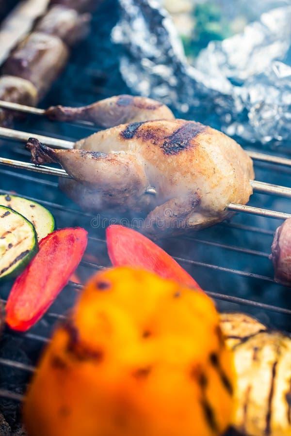 решетка Триперстки на гриле зажаренное мясо fries маринует свинину Бургеры гриля Овощи гриля Протыкальник гриля стоковые изображения rf