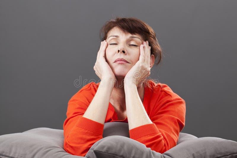 Релаксация Дзэн для утомленной шикарной женщины 50s стоковое изображение