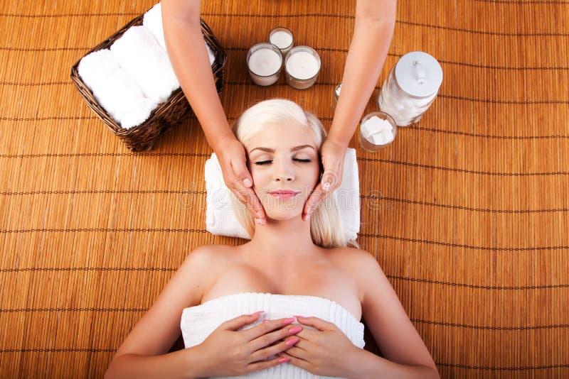 Релаксация изнеживая лицевой массаж стоковые изображения rf