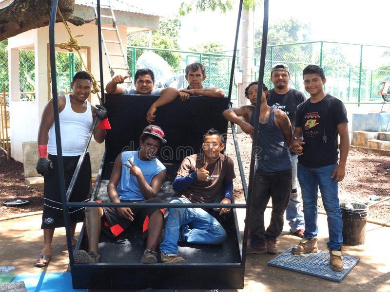 Редакционные работники представляя в острове мозоли Никарагуа парка стоковое фото