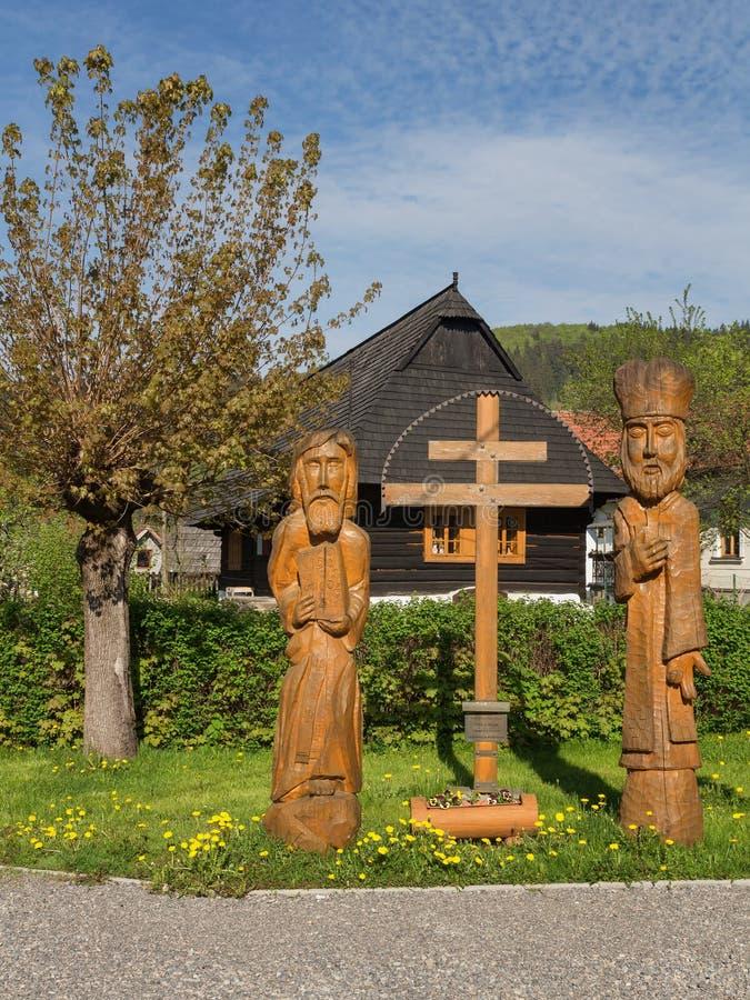 Религиозные деревянные статуи Кирилла и Methodius с двойным словаком пересекают стоковое изображение