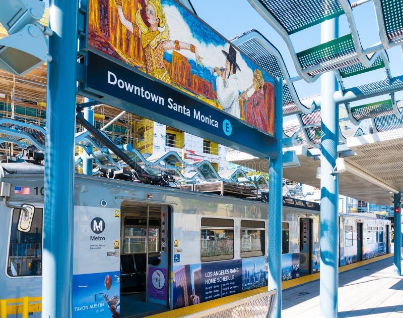 Рельс метро светлые & настенная роспись искусства в городской платформе Санта-Моника стоковая фотография rf