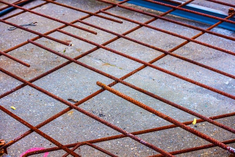 Ржавая арматура подготовленная для конкретный лить стоковая фотография rf