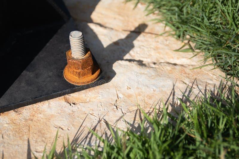 Ржавая гайка прикреплена к поляку с тенью к задней части стоковая фотография rf