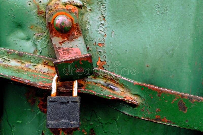 ржавая зеленая текстура металла грузового контейнера с замком и болтом стоковые фотографии rf