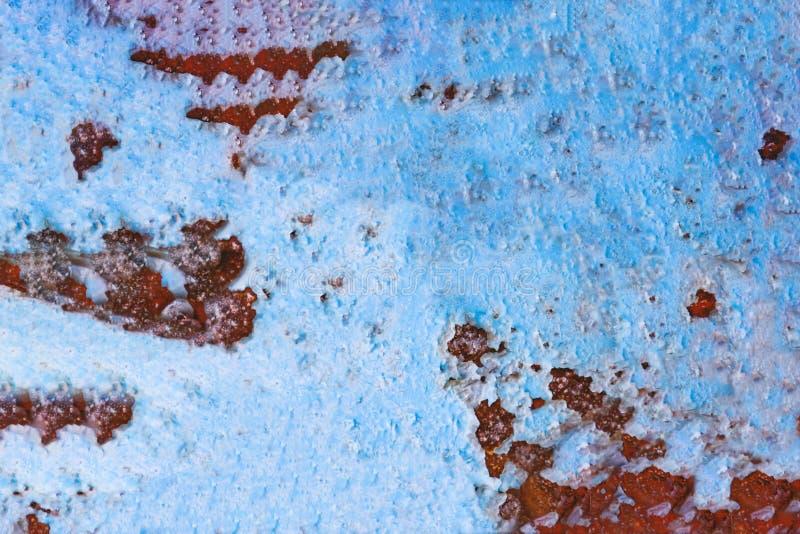 Ржавая поверхность металла с голубой шелушиться краски Старая треснутая картина краски, треская текстура стоковые фотографии rf