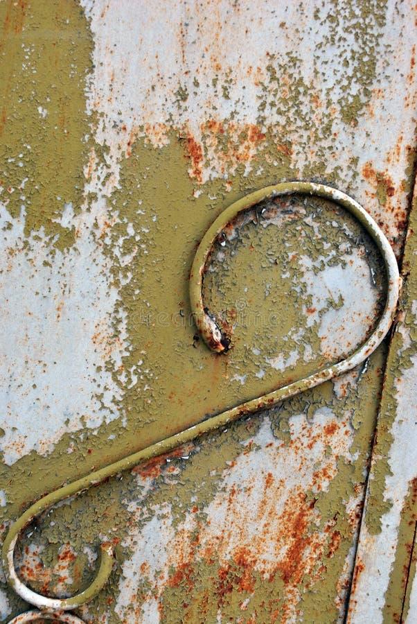 Ржавая поверхность металла с зеленым затрапезным украшением краски и провода, предпосылкой grunge близко вверх стоковое изображение
