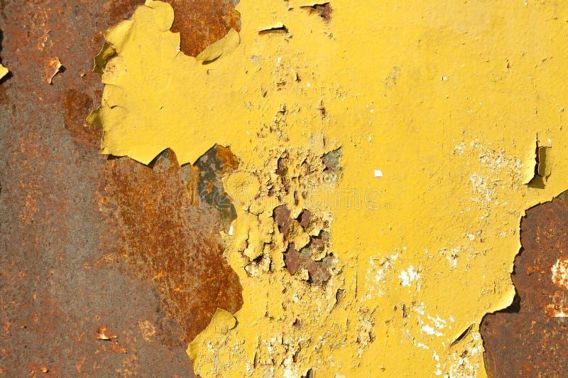 Ржавая поверхность предпосылки металла с pealing желтая краска стоковое фото