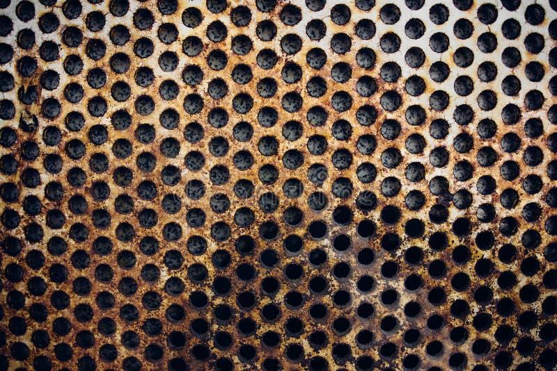 Ржавая решетка металла на стене стоковое изображение rf