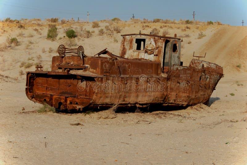 Ржавая рыбацкая лодка лежа в песке стоковая фотография rf