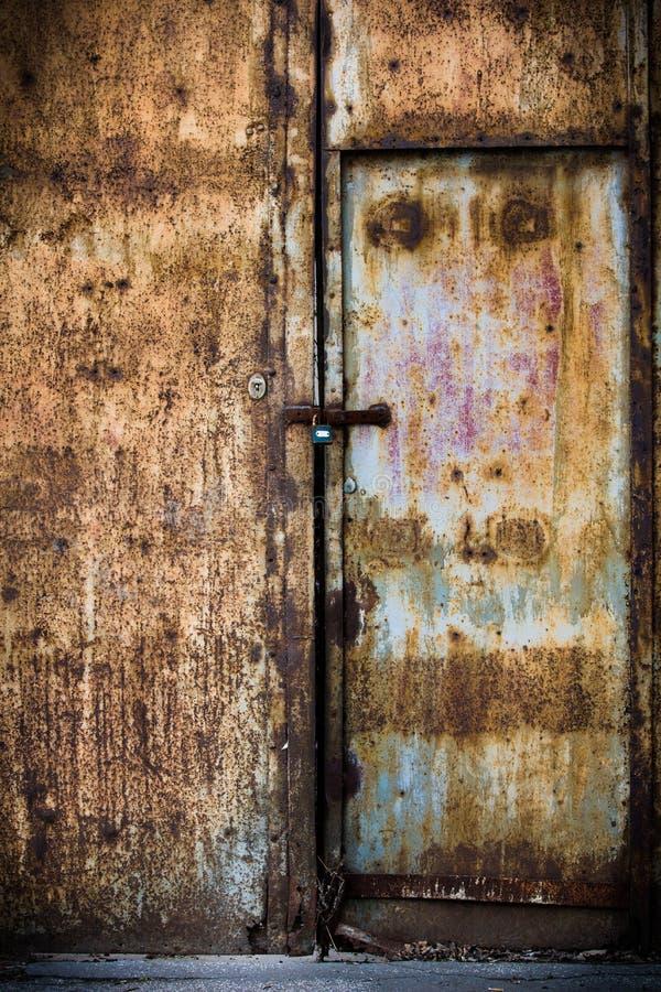 Ржавая старая коричневая дверь металла стоковые фото