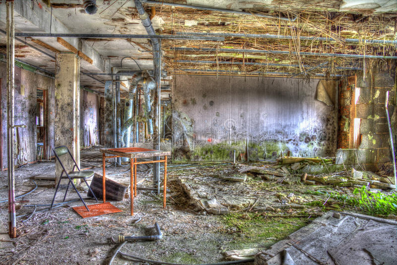 Ржавая таблица и покинутый стул в комнате общежития стоковые фотографии rf
