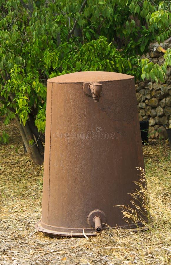 Ржавая урна воды стоковые изображения