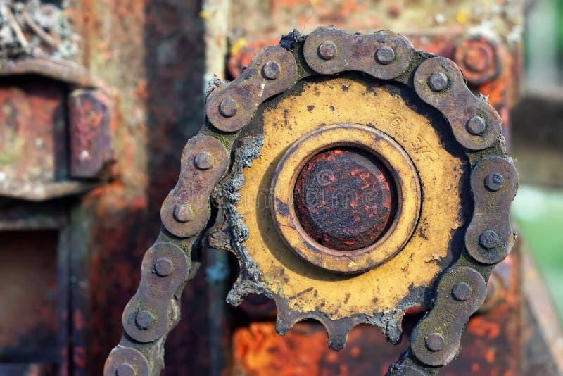 Ржавая цепь двигателя на двигателе стоковые изображения rf
