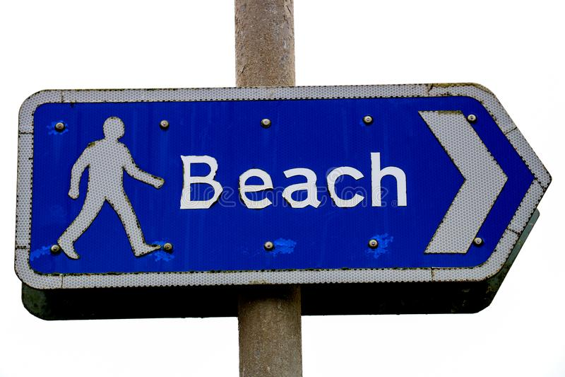 Ржавея знак направления пляжа на прибрежном положении стоковое изображение
