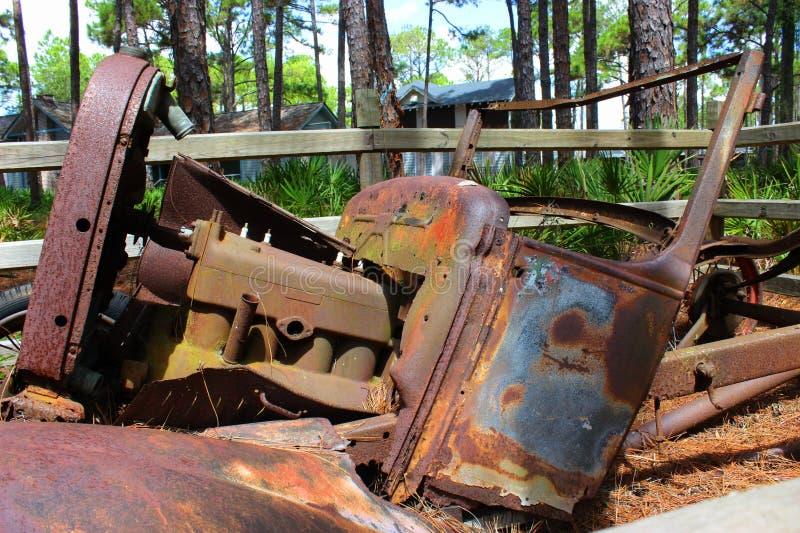 Ржавея старый автомобиль стоковые изображения