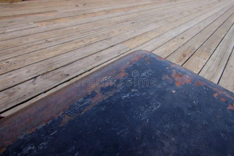 Ржавея стальной пал на новой деревянной палубе стоковое фото