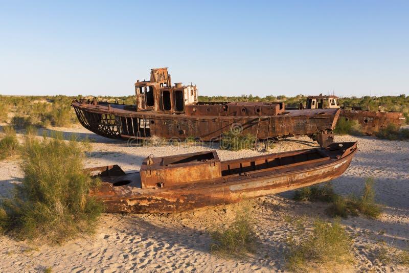 Ржавые корабли Аральского Моря в Узбекистане, после своих вод сушили - вне стоковые фото