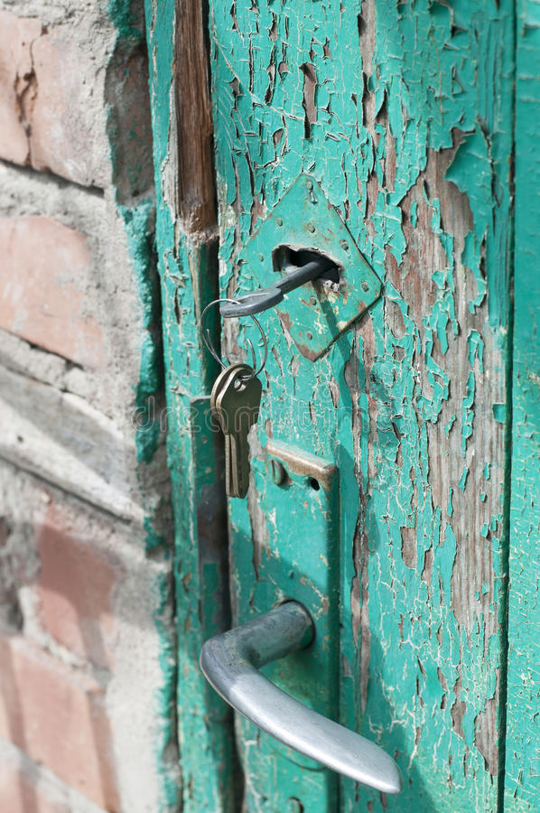 Ржавые ключи в старом замке стоковая фотография rf