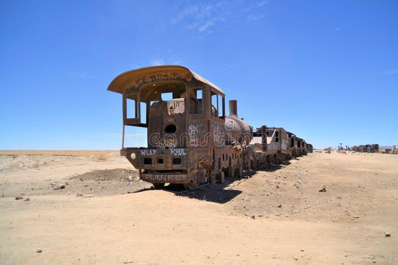 Ржавые локомотивы пара, кладбище поезда в Боливии стоковое изображение
