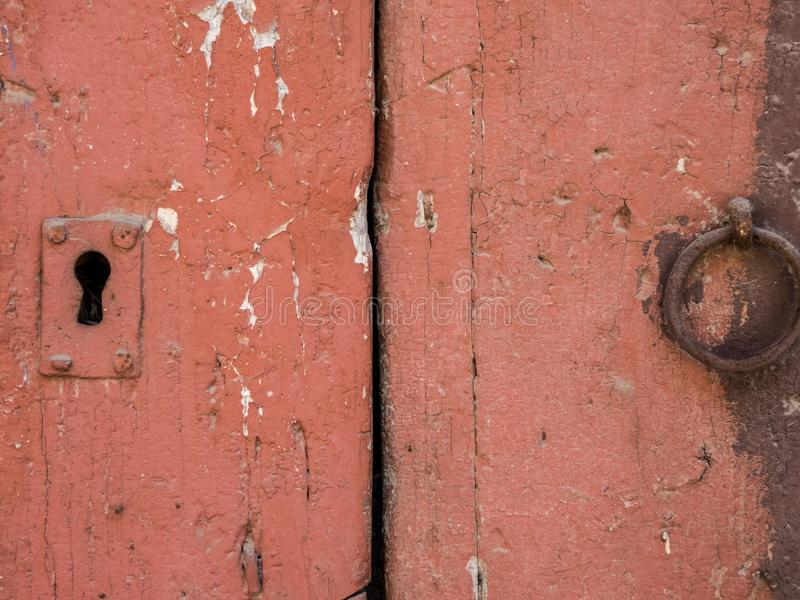 Ржавые ручка двери кольца утюга и keyhole над старой деревянной дверью grunge стоковое фото rf