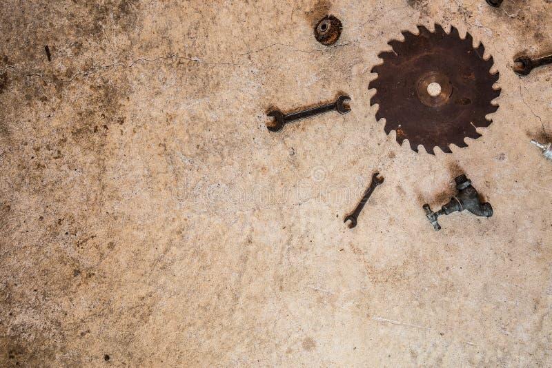 Ржавые старые винтажные инструменты клали плоско на бетон в форме солнца стоковые изображения