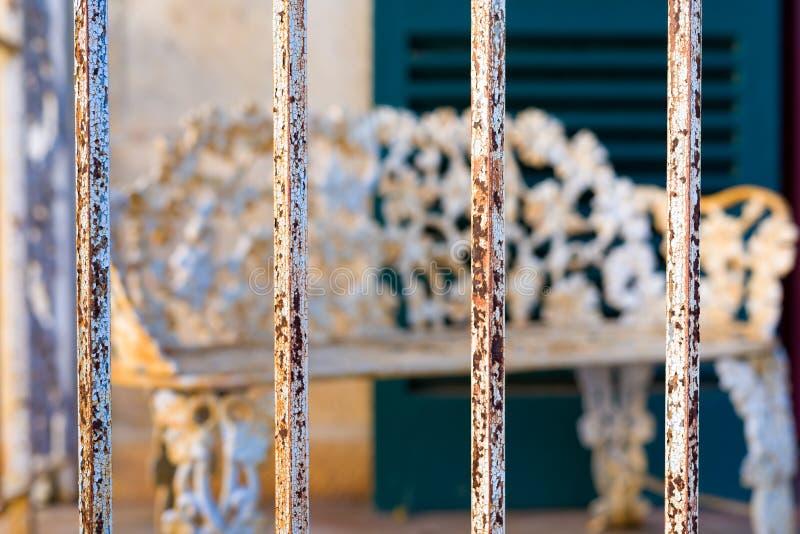 Ржавые стальные пруты противостоя крылечко в Техасе стоковая фотография