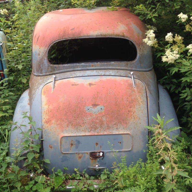 Ржавый автомобиль утиля стоковые изображения rf