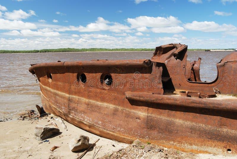 ржавый берег корабля стоковые фотографии rf
