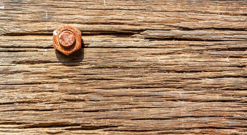 Ржавый болт в старой доске с отказами текстура стоковое изображение