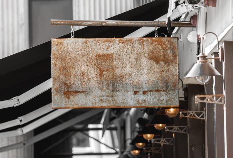 Ржавый внешний модель-макет signage дела для того чтобы добавить логотип компании стоковые изображения