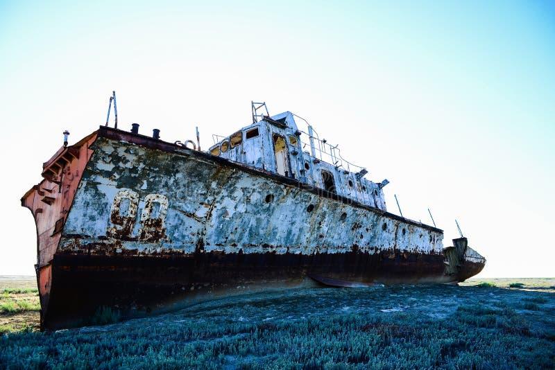 Ржавый военный корабль стоковые фотографии rf