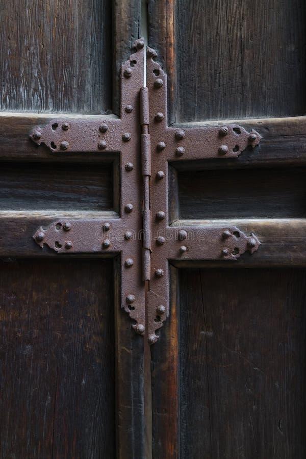 Ржавый железный шарнир на старой деревянной двери стоковое фото rf