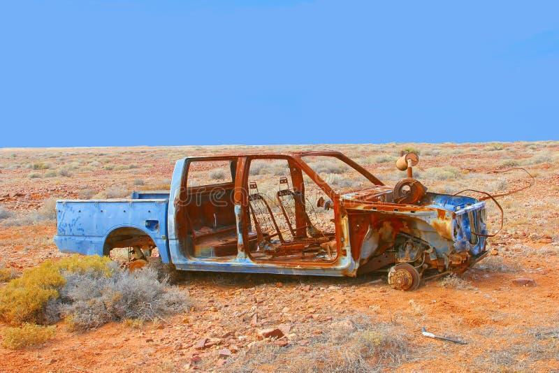 Ржавый разрушенный автомобиль в пустыне, южная Австралия стоковое изображение rf