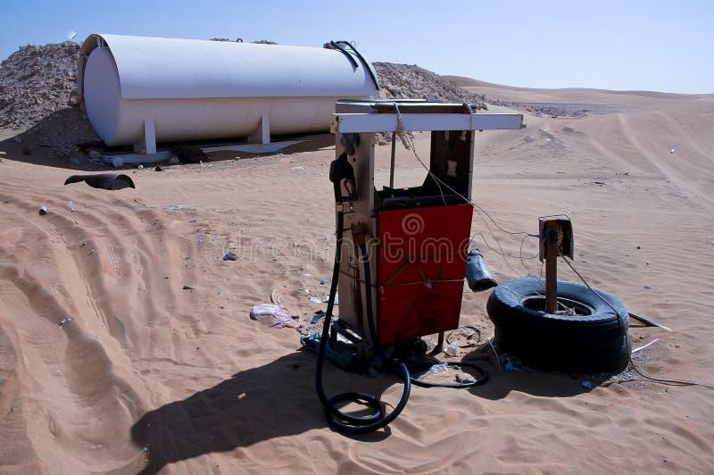 Ржавый ретро топливный насос в пустыне стоковые фото