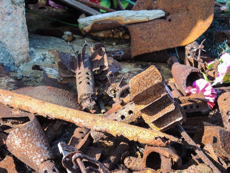 Ржавый случай раковины бомбы от Второй Мировой Войны найденной в горах около канав Musta Tuntury Rybachy стоковые изображения