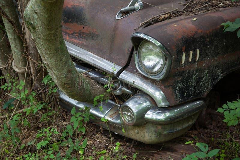 Ржавый старый автомобиль в дворе старья стоковое фото