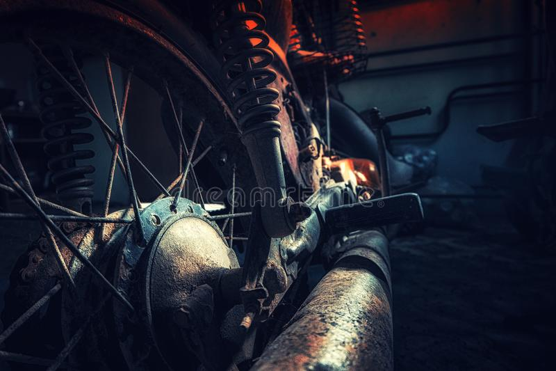 Ржавый старый мотоцикл под нижним светом шум, зерно и световой эффект стоковые изображения