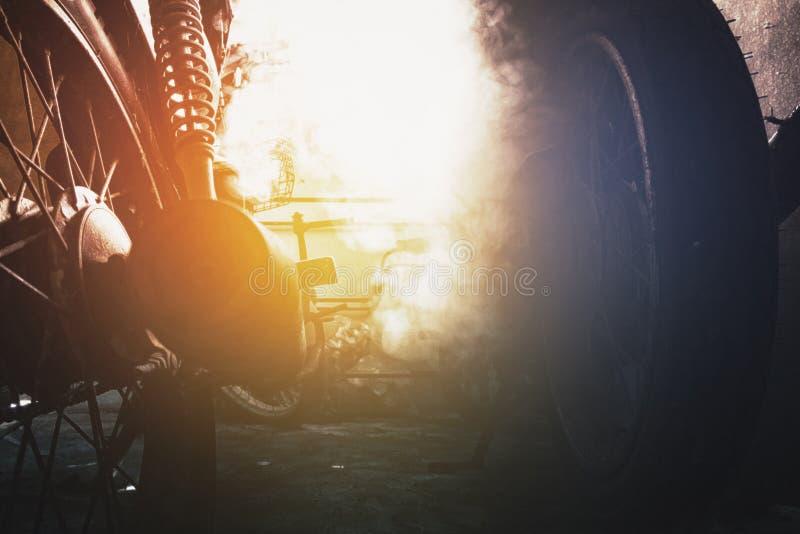 Ржавый старый мотоцикл под нижним светом шум, зерно и световой эффект стоковые фотографии rf